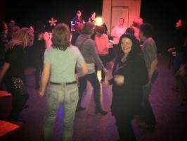 tanzende Frauen bei der aristanet-Frauendisco im Hans-Böckler-Haus, Hanau.